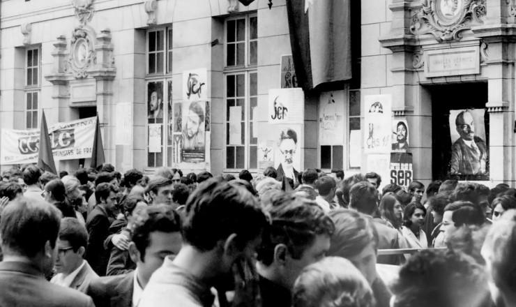 <strong> Manifesta&ccedil;&atilde;o em frente</strong> &agrave; Universidade Sorbonne ocupada pelos estudantes