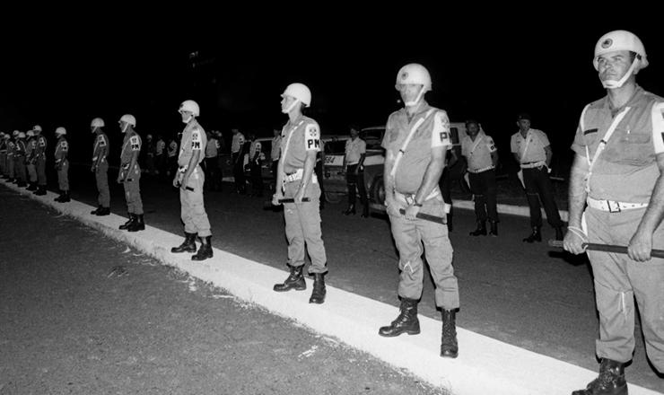 <strong> Tropa da Pol&iacute;cia Militar </strong> cerca o Congresso Nacional durante a vota&ccedil;&atilde;o da emenda das Diretas-J&aacute;