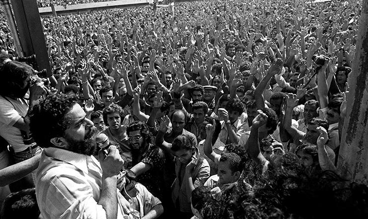 <strong> Greve 1979 </strong> &ndash; Lula discursa durante assembleia de metal&uacute;rgicos em greve