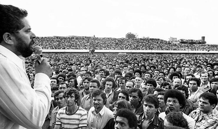 <strong> No Est&aacute;dio de Vila Euclides,</strong> Lula discursa na assembl&eacute;ia de metal&uacute;rgicos do ABC durante a greve de mar&ccedil;o de 1979