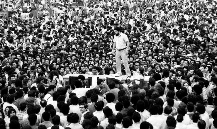 <strong> Greve 1979 </strong> &ndash; Lula fala aos metal&uacute;rgicos de cima de uma mesa no Est&aacute;dio de Vila Euclides em assembleia que decidiu pelo in&iacute;cio da paralisa&ccedil;&atilde;o, em 13 de mar&ccedil;o de 1979
