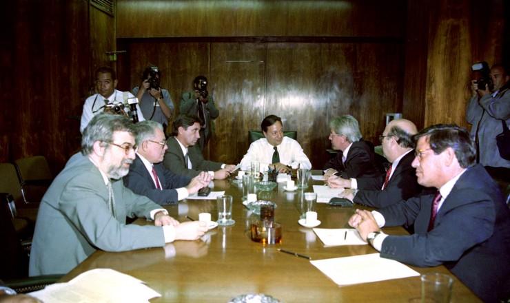 <strong> Ministro da Fazenda, Pedro Malan</strong> (centro), e o presidente do Banco Central, Gustavo Loyola (1&deg; &agrave; esq.), se re&uacute;nem com lideran&ccedil;as parlamentares para discutir o socorro aos bancos