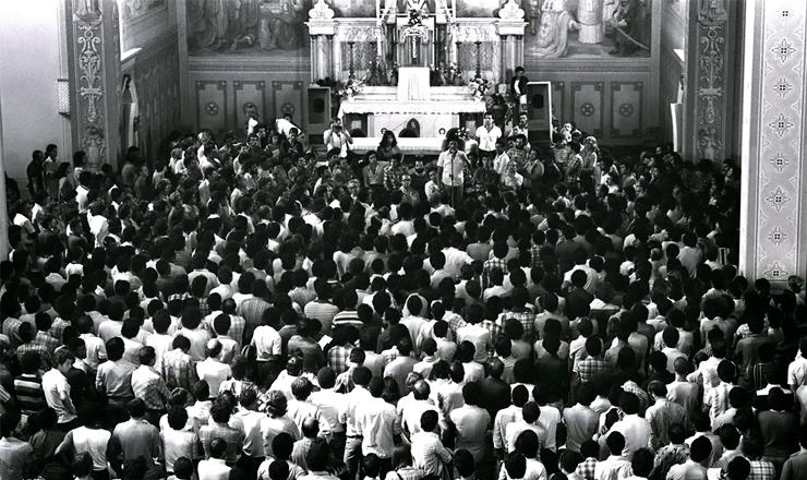 <strong> Assembleia de grevistas</strong> na Igreja Matriz de S&atilde;o Bernardo do Campo (SP),&nbsp;em 5 de maio de 1980&nbsp;