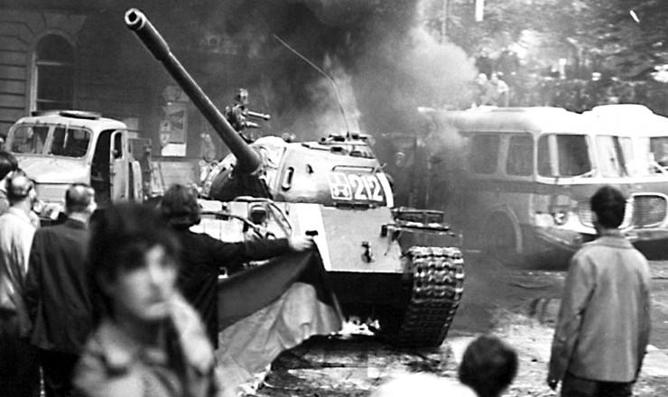 <strong> Tanque do Pacto</strong> de Vars&oacute;via invade a capital tcheca: &eacute; o fim da Primavera de Praga