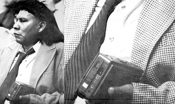 <strong> Com seu famoso gravador portátil,</strong> o cacique xavante Mário Juruna no plenário da Câmara dos Deputados