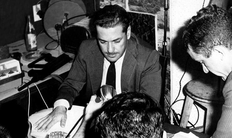 <strong> Brizola no est&uacute;dio da Rede da Legalidade, </strong> improvisado no Pal&aacute;cio Piratini, sede do governo do Rio Grande do Sul, em agosto de 1961&nbsp;