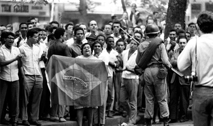 <strong> Manifesta&ccedil;&atilde;o contra o golpe</strong> na Cinel&acirc;ndia, centro do Rio de Janeiro, &eacute; reprimida pelo Ex&eacute;rcito em 1&ordm; abril de 1964&nbsp;