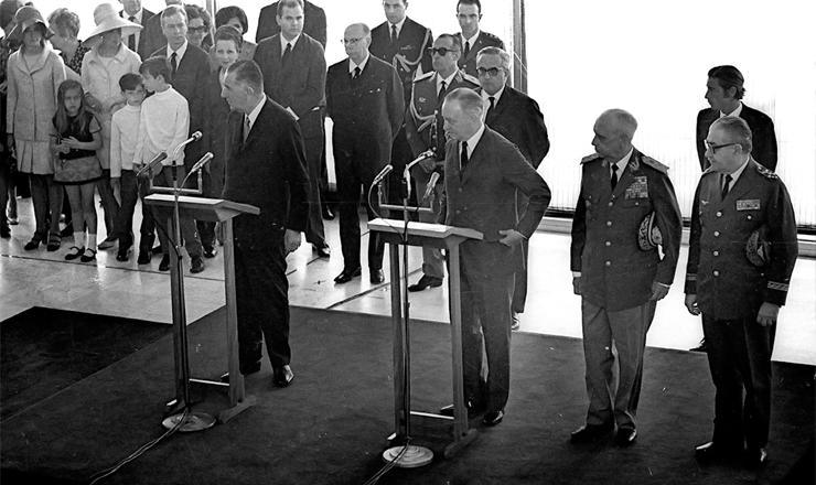 <strong> O general Em&iacute;lio Garrastazu M&eacute;dici </strong> (&agrave; esq.) &eacute; empossado na Presid&ecirc;ncia da Rep&uacute;blica, em 30 de outubro de 1969