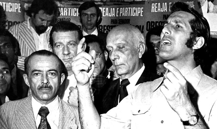 <strong> Orestes Qu&eacute;rcia (dir.) </strong> em campanha para o Senado, em 1974, ao lado de Ulysses Guimar&atilde;es e Freitas Nobre