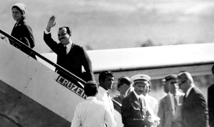 <strong> O deputado Almino Afonso</strong> deixa Bras&iacute;lia rumo ao Rio de Janeiro, de onde partiria para o ex&iacute;lio na Europa, em 1964&nbsp;