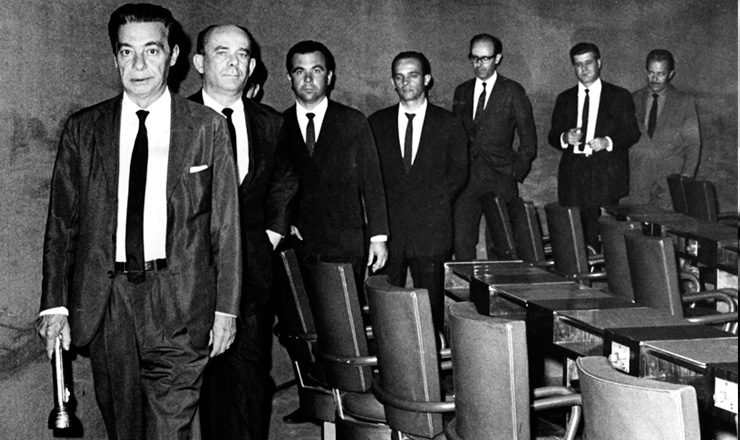 <strong> O senador Auro Moura Andrade, </strong> de lanterna na m&atilde;o, e outros parlamentares&nbsp;deixam o Congresso posto em recesso pela ditadura, em 20 de outubro de 1966&nbsp;