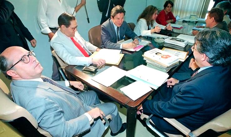 <strong> O advogado Miguel Reale J&uacute;nior</strong> (esq.), primeiro&nbsp;presidente da Comiss&atilde;o de Mortos e Desaparecidos, re&uacute;ne-se com outros integrantes em Bras&iacute;lia