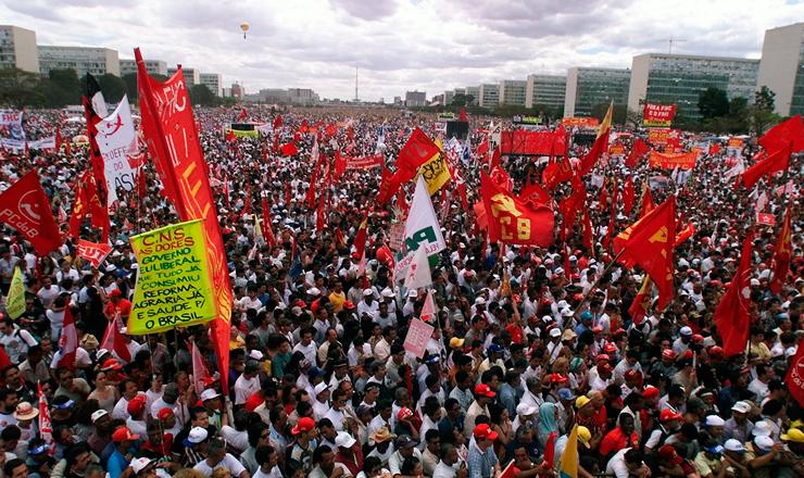 <strong> Trabalhadores em greve</strong> e representantes de centrais sindicais e partidos pol&iacute;ticos em manifesta&ccedil;&atilde;o na Esplanada dos Minist&eacute;rios, em Bras&iacute;lia  &nbsp;