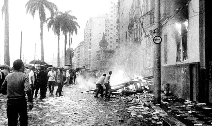 <strong> Inc&ecirc;ndio do pr&eacute;dio da UNE </strong> no&nbsp;Rio de Janeiro, em 1&ordm; de abril de 1964