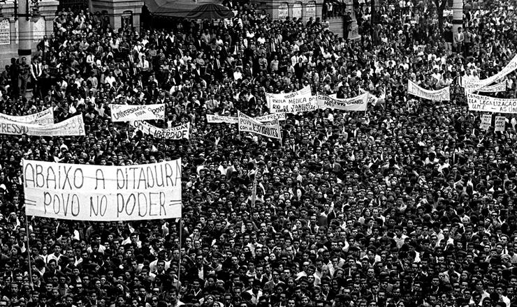 <strong> A Passeata dos Cem Mil</strong> lota as ruas do centro do Rio de Janeiro, em junho de 1968