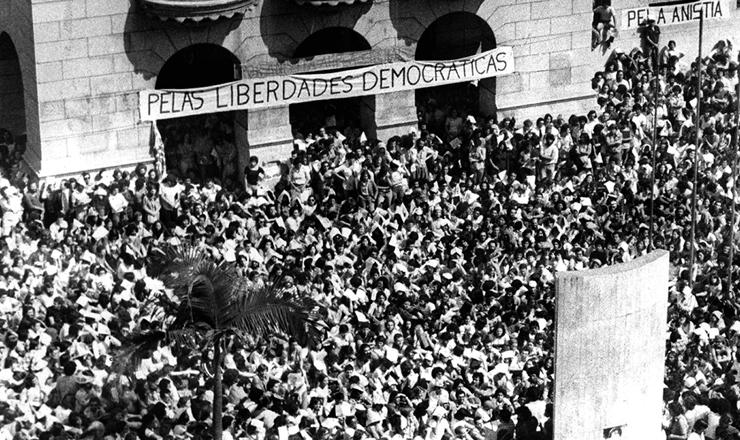 <strong> Manifesta&ccedil;&atilde;o no largo S&atilde;o Francisco, </strong> endere&ccedil;o da Faculdade de Direito da USP,&nbsp;por liberdades democr&aacute;ticas e anistia, em 5 de maio de 1977&nbsp;
