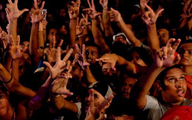Os bailes da comunidade atraem multidões de jovens, em sua maioria negros e pobres