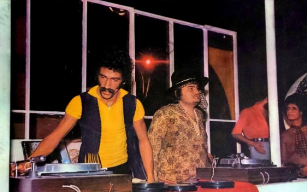 Big Boy (de chapéu), o locutor de rádio que teve papel importante na organização dos primeiros bailes funk no Rio de Janeiro