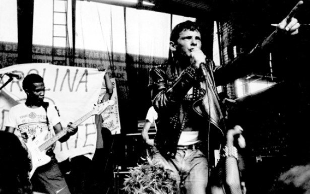 """O vocalista Ariel e o baixista Clemente da banda Inocentes no festival """"Começo do Fim do Mundo"""", em 1983."""