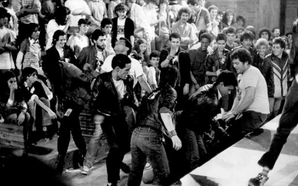 A agressividade da atitude punk é ostensiva nos shows e apresentações musicais.O som pesado é companhado por movimentos corporais bruscos que incluem socos e pontapés para todos os lados.