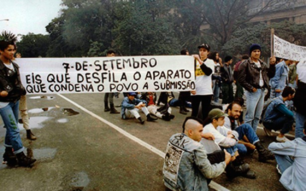 O punk defende o anarquismo como ideologia política e expande a denúncia da repressão nas favelas para toda a realidade nacional . Na foto, um protesto contra o desfile militar no 7 de setembro.