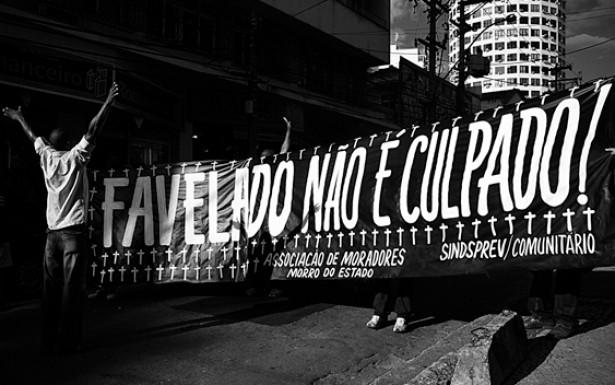 Testemunho cantado sobre feridas sociais nas favelas, os versos do rap expõem a falta de infraestrutura em que vivem milhões de pessoas no Brasil. Ano: 2010. Local: Niterói (RJ)