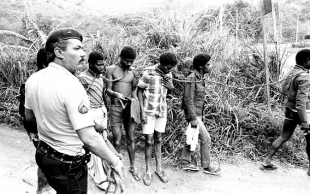 A violência diária nas favelas é assunto dos rappers em suas canções. Na foto, batida policial expõe a raiz escravocrata da sociedade brasileira. Ano: 1982. Local: Rio de Janeiro (RJ)