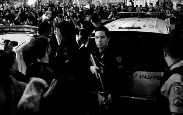 O duelo de MCs acontece na linha tênue que divide a apresentação do evento em locais públicos, sua luta pela recuperação do espaço urbano e o enfrentamento com a polícia