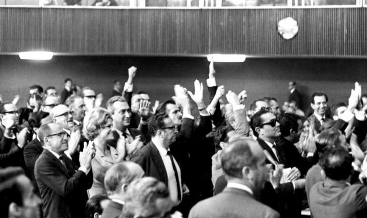 <strong> Deputados comemoram</strong> no plen&aacute;rio a negativa de licen&ccedil;a para processar M&aacute;rcio Moreira Alves&nbsp;