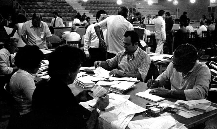 <strong> Junta eleitoral&nbsp;em S&atilde;o Paulo,</strong> em 17 de novembro de 1972; em tempos de apura&ccedil;&atilde;o manual, a contagem dos votos levava v&aacute;rios dias
