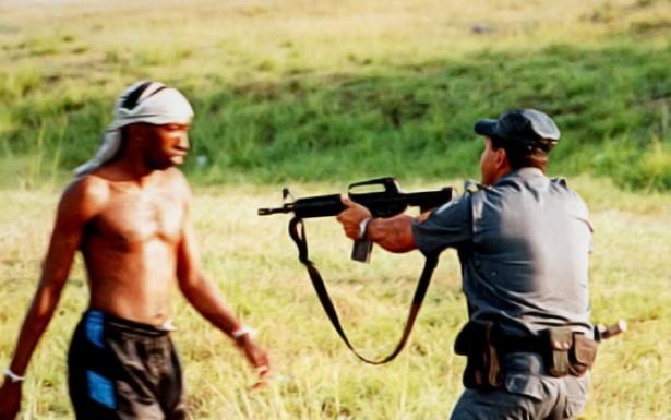 É na favela que a violência policial contra a população pobre é mais selvagem, submetendo frequentemente os moradores a esculachos, humilhações, detenções arbitrárias e é comum moradias serem invadidas sem autorização judicial.