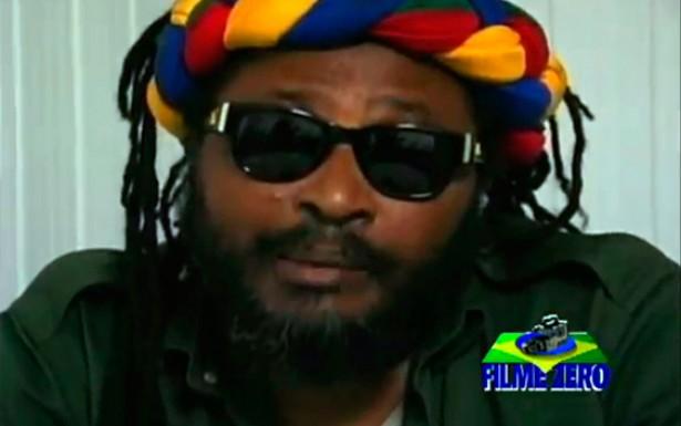 <strong> &ldquo;Reggae &eacute; resist&ecirc;ncia&rdquo;. Edson Gomes foi um dos respons&aacute;veis pelo surgimento do <em> reggae </em> no Brasil</strong> . Sua posi&ccedil;&atilde;o anticapitalista o excluiu do mercado fonogr&aacute;fico, ao mesmo tempo em que o consolidou como um dos principais &iacute;cones de resist&ecirc;ncia <em> reggae</em> no Pa&iacute;s.