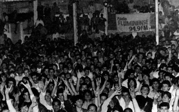 Os festivais promovidos pela Rádio Fluminense reuniam jovens em ambientes improvisados para assistir às bandas emergentes. Nesses eventos os artistas soltavam a voz diante de um público sedento por mudanças comportamentais e políticas.