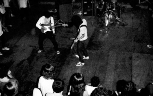 Barão Vermelho, num estilo de apresentação muito comum na época: a banda toca no mesmo nível do público, não deixando espaço para a idealização dos artistas. Gente comum tocando para gente comum.