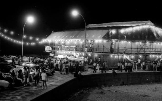O Circo Voador começou a funcionar no Arpoador, no verão de 1982, com shows, peças e performances. Graças ao enorme sucesso de público, a casa ganhou localização fixa ainda no ano de 1982. Ao lado dos tradicionais arcos da Lapa, o espaço foi um dos centros de convivência da juventude dos anos 1980. Rio de Janeiro. Data: 17.01.1982.