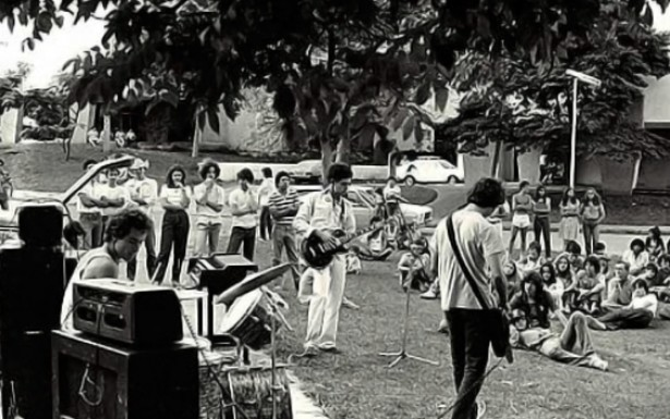 Os grandes espaços públicos de Brasília eram transformados em palco em que o contato com a plateia era direto. A cidade passava a ser um lugar de manifestação cultural e política.