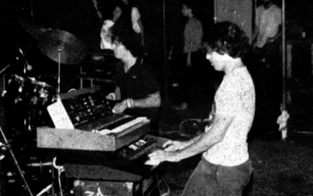 O clima amadorístico fazia parte da estética do rock do início dos anos 1980. A relação direta com público dava-se tanto por meio da linguagem direta das letras quanto pela pequena distância física da plateia.
