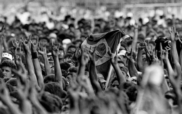 """A superestrutura montada para o """"Rock in Rio"""", em 1985, mudou radicalmente o modo com que as bandas se relacionavam com o público e com a mídia. O rock entra na era do profissionalismo e da difusão midiática."""