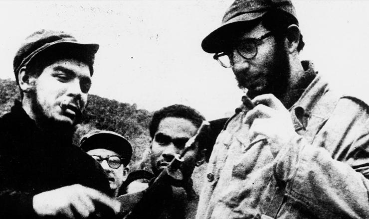<strong> Che Guevara e Fidel Castro </strong> (à dir.) emSierra Maestra durante a Revolução Cubana