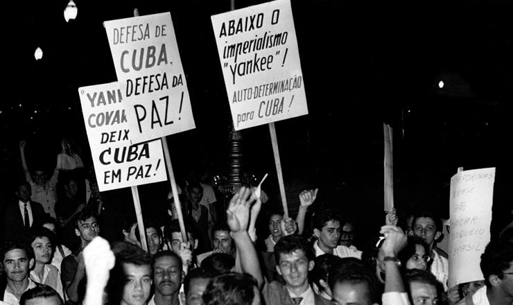 <strong> Protesto no Brasil contr&aacute;rio</strong> ao bloqueio norte-americano a Cuba, outubro de 1962
