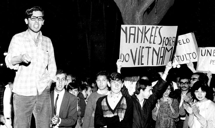 <strong> No encerramento do 29&ordm; Congresso da UNE,</strong> em 1967, estudantes fazem com&iacute;cio rel&acirc;mpago na pra&ccedil;a da S&eacute;, em SP