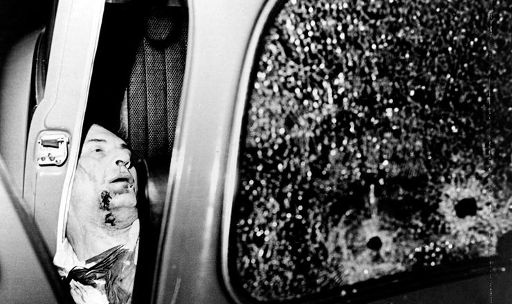 <strong> Carlos Marighella assassinado </strong> dentro de um ve&iacute;culo&nbsp;na alameda Casa Branca, em S&atilde;o Paulo, 4 de novembro de 1969