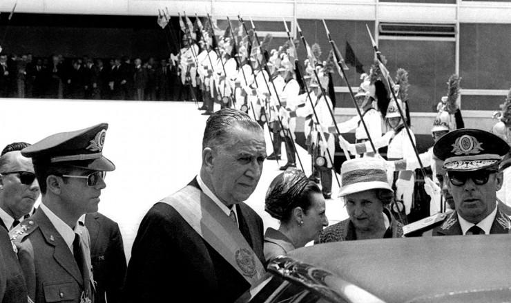 <strong> Posse de M&eacute;dici</strong> . Da direita para a esquerda, o almirante Rademaker, seu vice, e o general Figueiredo, chefe do SNI e futuro presidente da Rep&uacute;blica