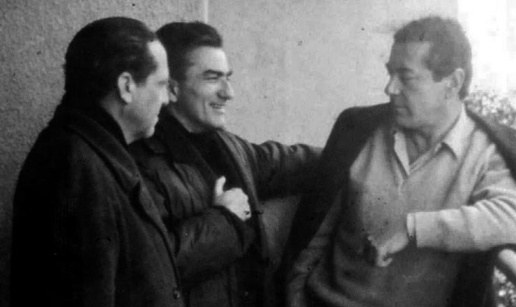 <strong> O ex-governador Leonel Brizola </strong> (&agrave; dir.) no ex&iacute;lio no Uruguai, em 1965, conversa com o&nbsp;coronel Dagoberto Rodrigues (&agrave; esq.) e o deputado Neiva Moreira