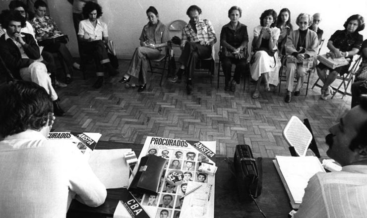 <strong> O advogado Luis Eduardo Greenhalgh</strong> (à dir., em primeiro plano) em reunião do Comitê Brasileiro pela Anistia, em 1979, em São Paulo