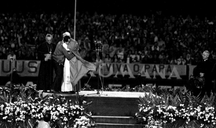 <strong> O papa João Paulo 2°</strong> abraça o metalúrgico Waldemar Rossi, ao lado de d. Paulo Evaristo Arns, durante cerimônia no estádio do Morumbi, em São Paulo