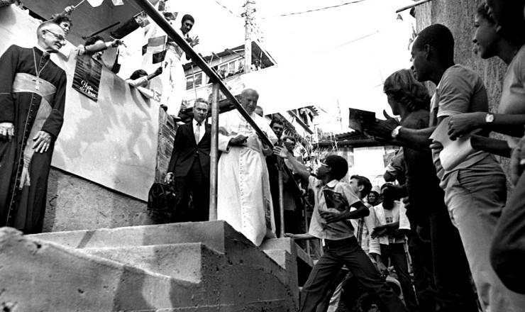 <strong> Em visita &agrave; Favela do Vidigal,</strong> no Rio, Jo&atilde;o Paulo 2&deg; &eacute; recebido pelos moradores da comunidade