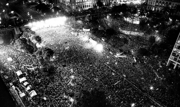 <strong> No Anhangaba&uacute;, </strong> o maior e &uacute;ltimo com&iacute;cio pelas Diretas reuniu 2 milh&otilde;es de pessoas em S&atilde;o Paulo