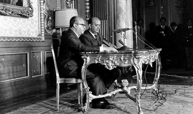 <strong> Gama e Silva (esq.), </strong> ministro da Justi&ccedil;a, anuncia o AI-5 por cadeia de r&aacute;dio&nbsp;