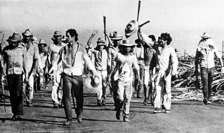 <strong> Boias-frias marcham em Guariba,</strong> tendo à frente o líder Aderval Alcides (com chapéu na mão)